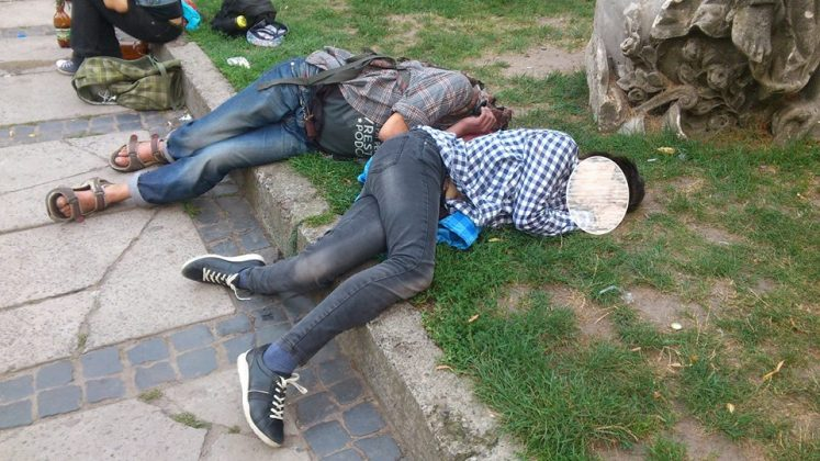 Львовянка пожаловалась в соцсетях на аморальную молодежь, которая традиционно собирается на центральной площади (фото)