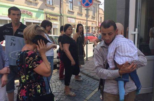 В Мукачево мужчина просил милостыню с бездыханным ребенком на руках (фото)