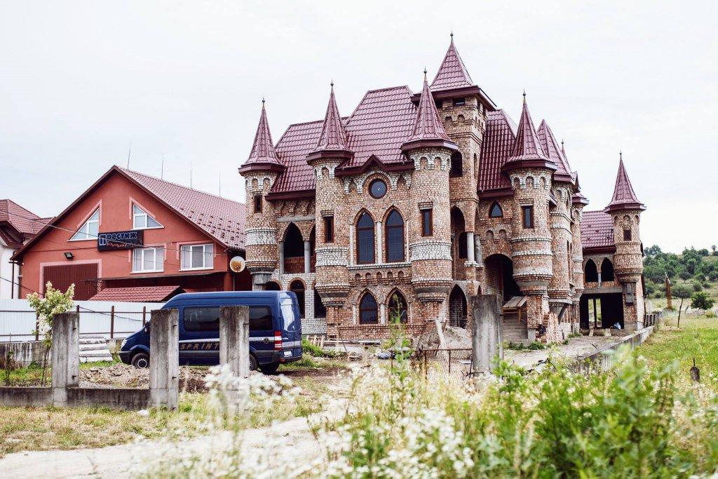 Как выглядят роскошные закарпатские имения цыган изнутри (ВИДЕО)
