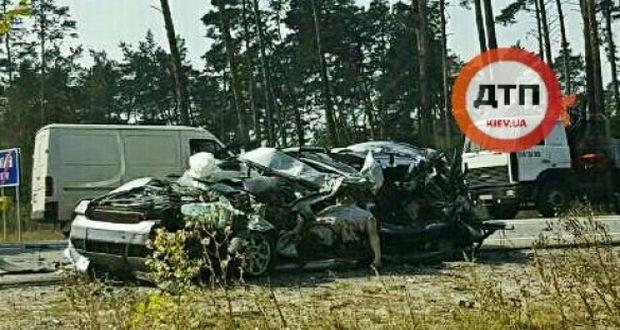 Жуткое ДТП в Киеве: разорванная напополам Audi, один погибший и трое пострадавших (видео 21+)