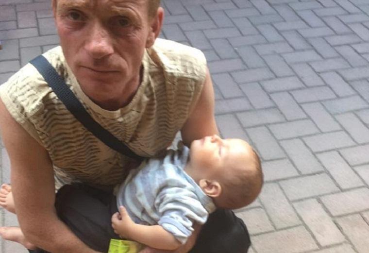 «Жена умерла, на руках десять детей»: ужгородцы бьют тревогу из-за попрошайки с младенцем