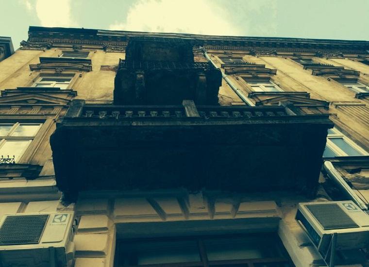 Во Львове женщине, которая гуляла с ребенком, упал на голову кусок балкона (ФОТО)