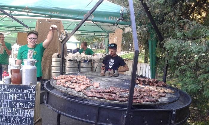 Как во Львове последователь Бандеры жарит мясо москаля (ФОТО, ВИДЕО)