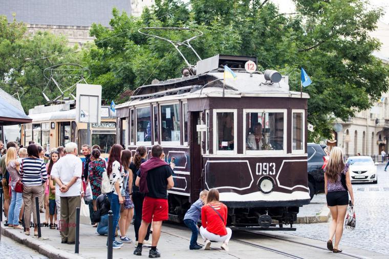 Львовянам на праздник показали ретро-трамваи
