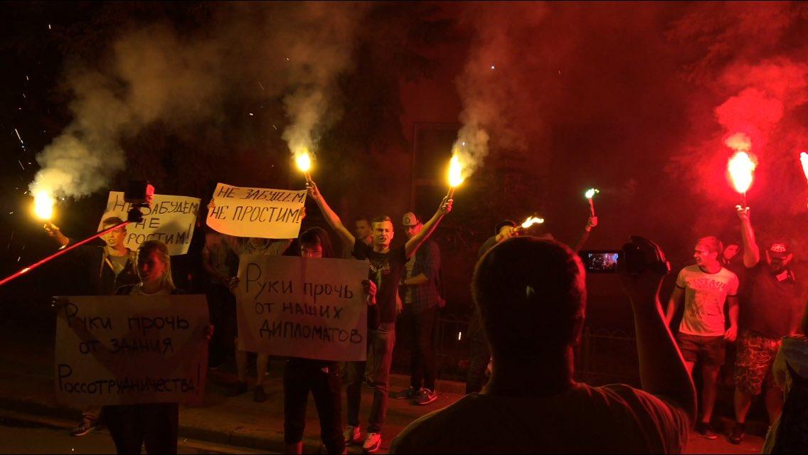 В Москве радикалы напали на посольство Украины