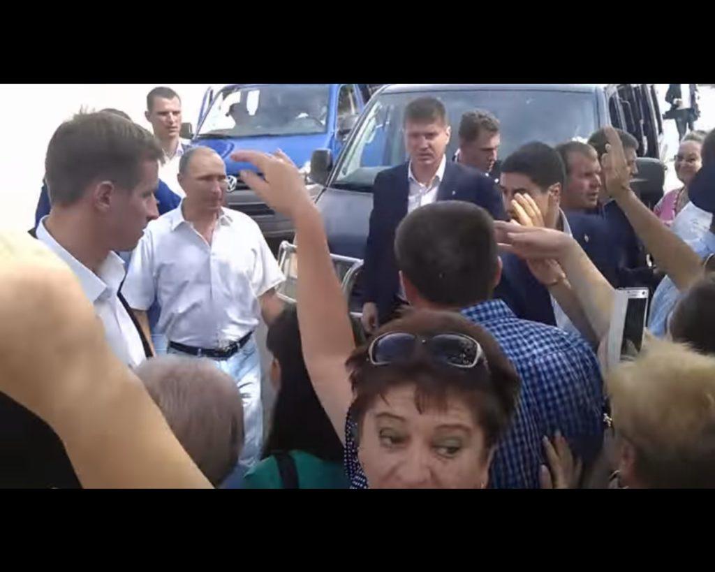 «Смотри ху*ло приехало, а на какой машине привезли то?!» — крымчане жестко встретили Путина (ВИДЕО)
