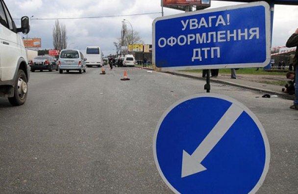 В Харькове иномарка слетела в кювет, два человека погибли