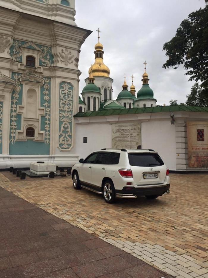 Скандальный чиновник припарковался у могилы Патриарха (ФОТО)