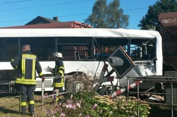 Поезд протаранил пассажирский автобус в Германии (ФОТО)