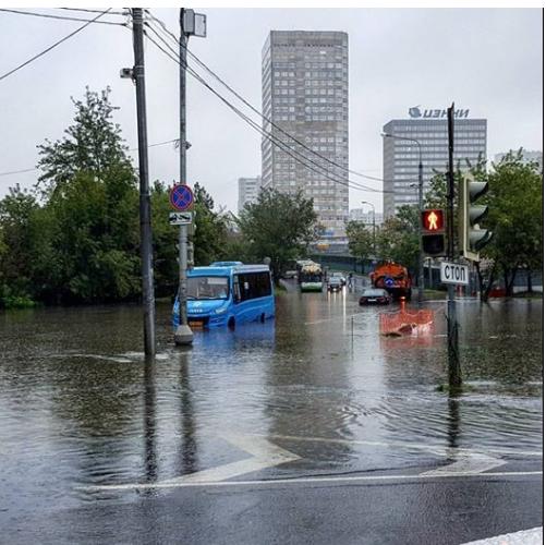 Москву затопил рекордный ливень, людей эвакуируют (ФОТО)