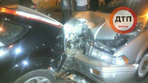 Ночная авария в Киеве: пьяный водитель не разминулся с припаркованными авто