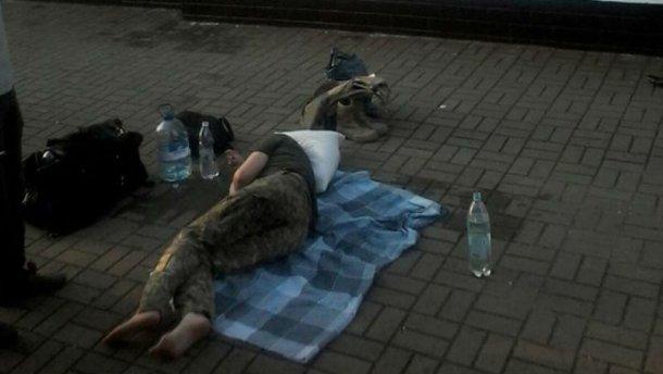 В поезде под Тернополем потеряла сознание военная: ее оставили на перроне без медпомощи