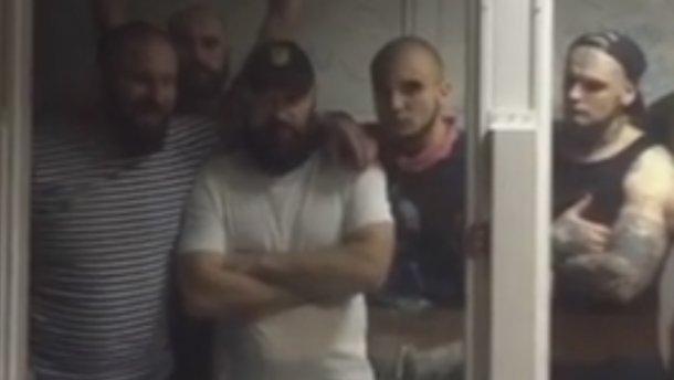 Отвратительное поведение бойцов «Торнадо» в суде: появились видео, фото (18+)