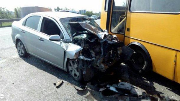 Авто врезалось в маршрутку под Харьковом, есть пострадавшие (ФОТО)