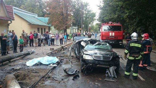 Mercedes почти разорвало пополам в страшной аварии на Прикарпатье