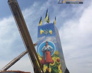 Постамент «самого большого» Ленина теперь красуется изображением казака