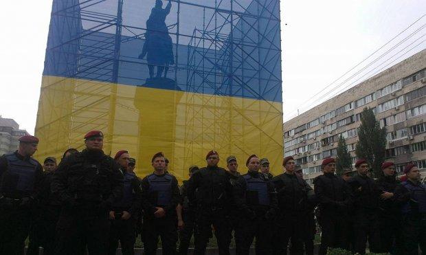 В Киеве усиленно охраняют советский памятник