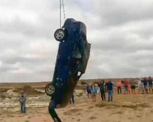 Автомобиль повис над пропастью — водитель выпал в море