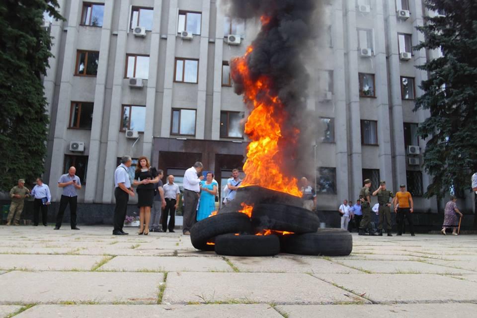 АТОшники с горящими шинами вышли против нардепа
