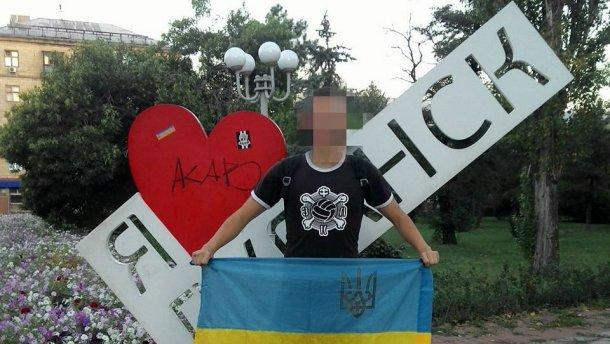 Еще один смельчак вышел в центр Луганска с украинским флагом