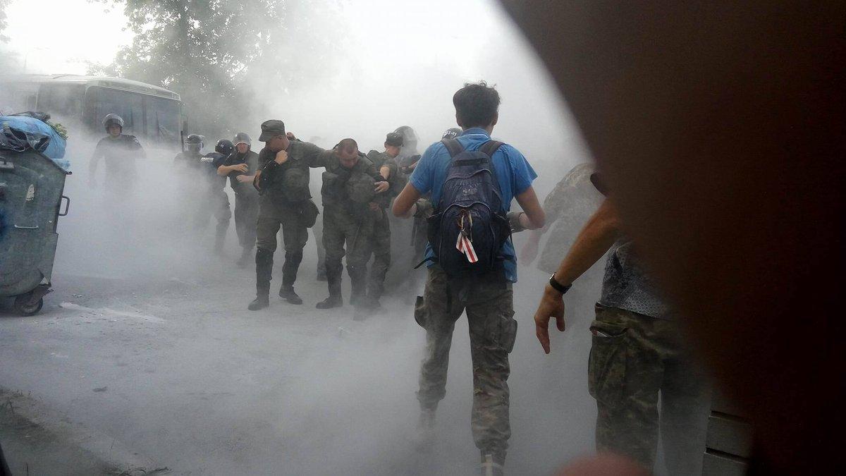 Под Оболонским судом произошли беспорядки: полиция применила слезоточивый газ