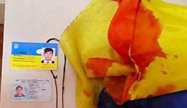«Вражою злою кров'ю волю окропіте»: окровавленный флаг погибшего солдата тронул Украину