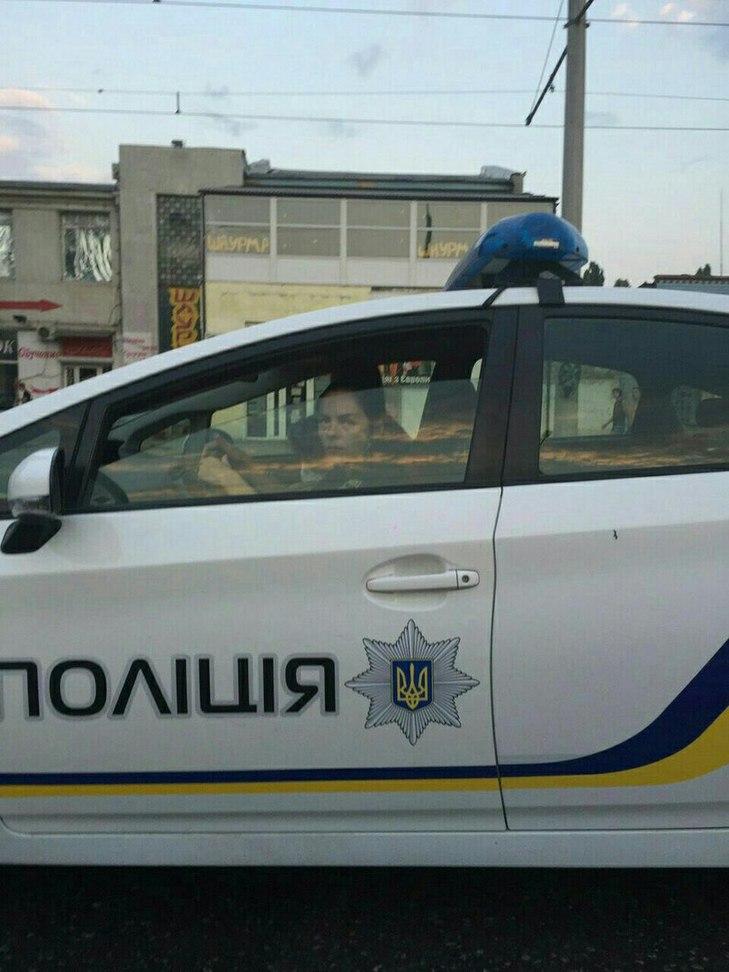 Как одесская полисменша не стесняется катать детей на служебном авто и показывать «факи» прохожим (фото)