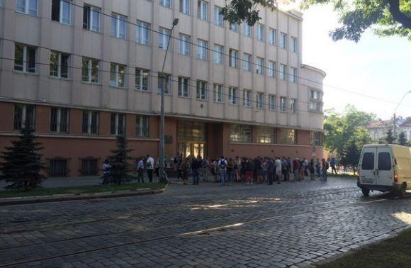 Во Львове пикетируют здание областного управления СБУ