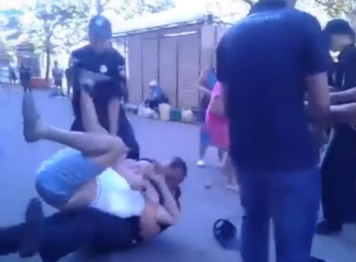 Душили и заламывали руки: в Чернигове копы «скрутили» мужчину, вступившегося за уличную торговку (фото)