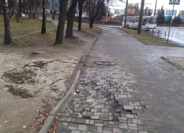 Из-за прорыва водопровода во Львове провалился автомобиль (ФОТО)