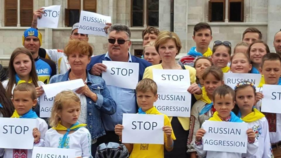 Украинцы в Будапеште вышли на акцию против российской агрессии (ФОТО)