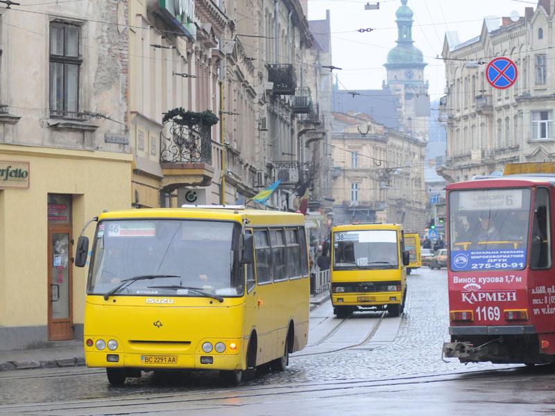 Пикет под городским советом: во Львове на рейс не вышли около 300 маршрутных автобусов