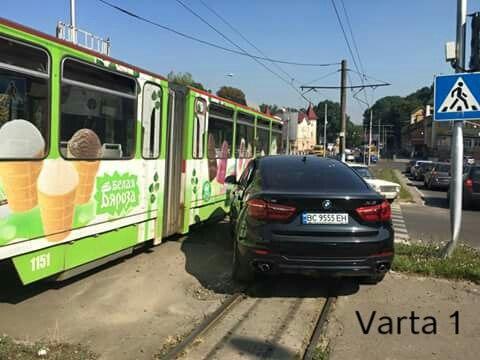 Водитель BMW выехал на рельсы и влетел в трамвай