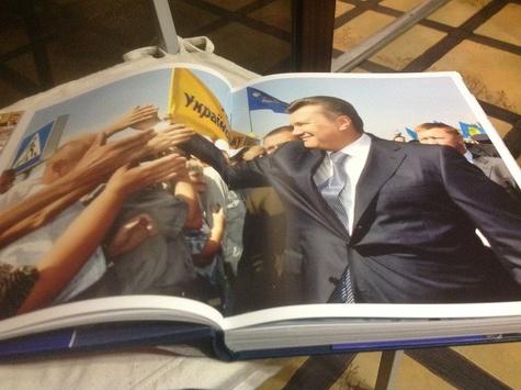 27 млн гривен за не выданые книги Януковича