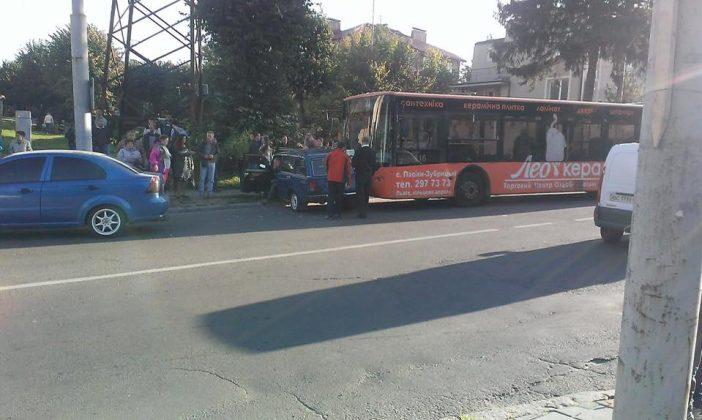 Тройное ДТП во Львове: столкнулись автобус и две легковушки