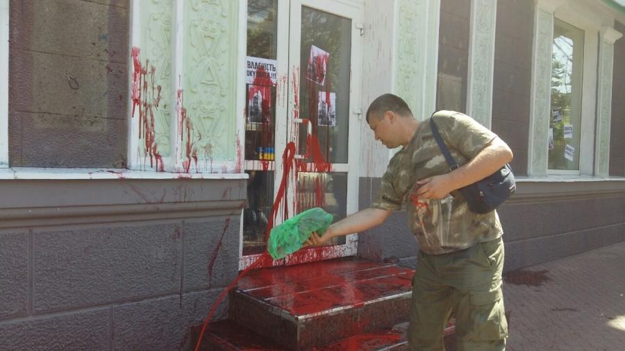 Активисты разбили окна в отделении Сбербанка