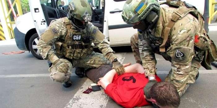 Скандал: полицейского задержали за продажу наркотиков (фото)
