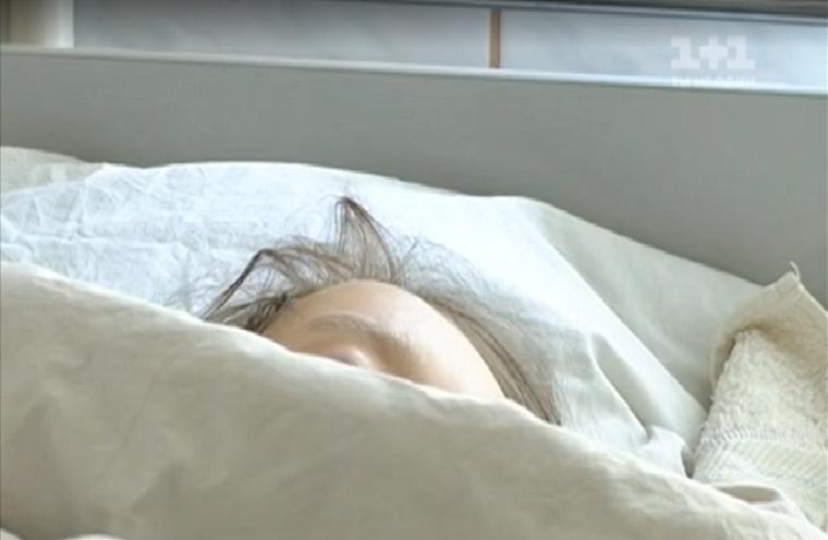 Любила, ухаживала и выбросила из окна: на Львовщине шокированы поступком матери девятилетней девочки
