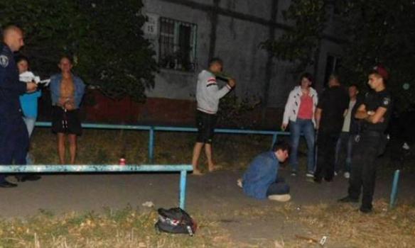 В Киеве иностранец набросился на женщину с молотком, потерпевшую направили в больницу