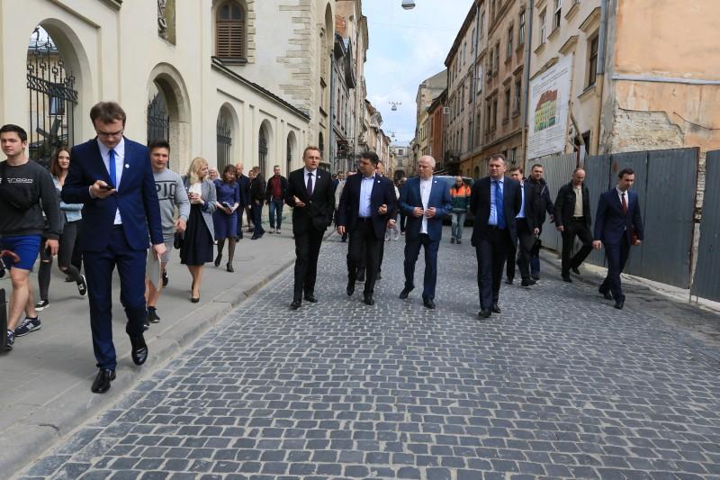 Гройсман прогулялся по центру Львова (ФОТО, ВИДЕО)
