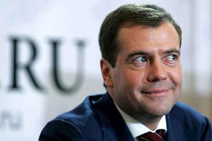 В Сети высмеяли Медведева в американской куртке со срезанными нашивками (ФОТО)