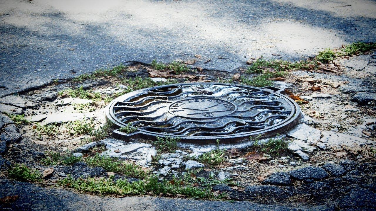Во Львове мужчина упал в канализационный люк