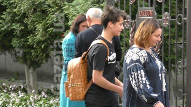 Сын Порошенко посетил школы с рюкзаком за тысячи гривен