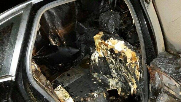 Неизвестные сожгли авто жены нардепа в Сумах