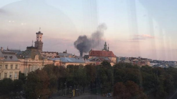 В Львове горит воинская часть: над городом стоит столб черного дыма