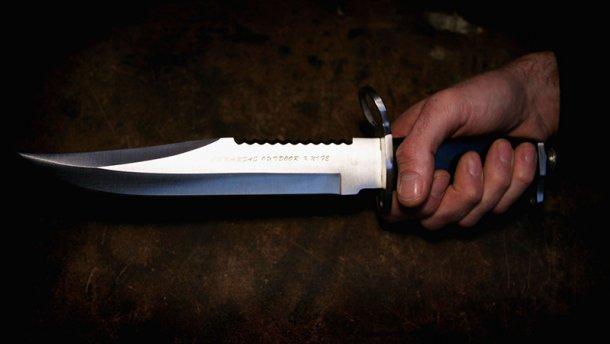 Мужчину в военной форме порезали ножом