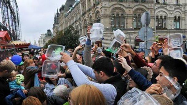 В Москве толпа штурмовала пункт раздачи «шарового» салата