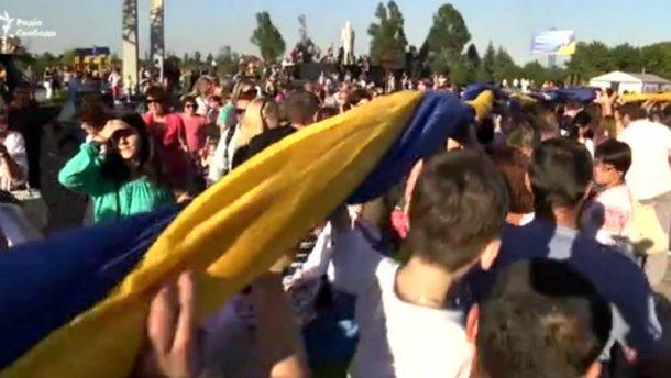 На Донбассе развернули самый большой сине-желтый флаг