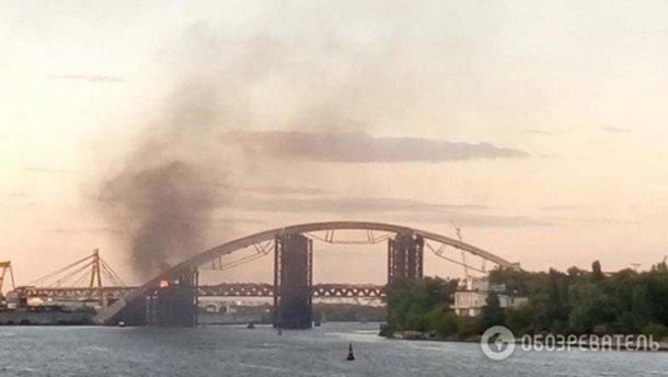 Мост через Днепр загорелся в Киеве