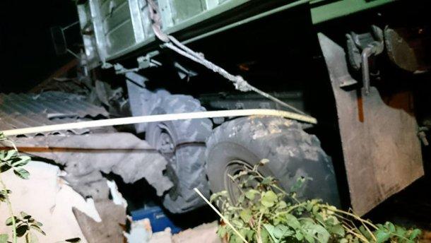 Ночное ДТП в Харькове – грузовик выехал на крышу дома (ФОТО)